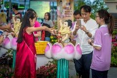 Chica joven que baña al Buda durante el día de Vesak Foto de archivo libre de regalías