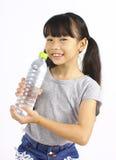 Chica joven que bebe el agua dulce de una botella Imagenes de archivo