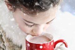 Chica joven que bebe el chocolate caliente al aire libre Fotografía de archivo libre de regalías