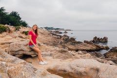 Chica joven que camina abajo de la costa costa en Monterey Foto de archivo