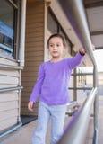 Chica joven que camina abajo de rampa Fotos de archivo