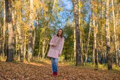 Chica joven que camina en el bosque del otoño Imagen de archivo libre de regalías