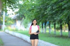 Chica joven que camina en el parque Imagen de archivo