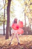 Chica joven que camina en el parque del otoño Fotografía de archivo libre de regalías
