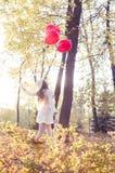 Chica joven que camina en el parque del otoño Fotografía de archivo