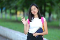 Chica joven que camina en el parque que mira la cámara y las ondas Fotos de archivo libres de regalías
