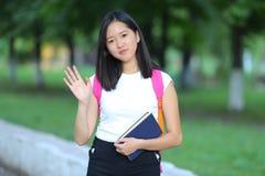 Chica joven que camina en el parque que mira la cámara y las ondas Imagenes de archivo