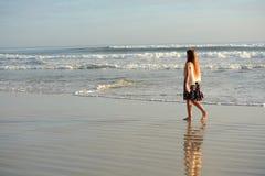 Chica joven que camina en la playa hermosa Foto de archivo libre de regalías