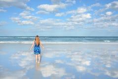 Chica joven que camina en la playa hermosa Imágenes de archivo libres de regalías