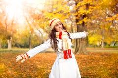 Chica joven que camina en parque del otoño Fotografía de archivo