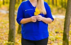 Chica joven que camina en parque del otoño Foto de archivo