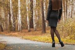 Chica joven que camina en parque del otoño Imagenes de archivo