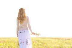 Chica joven que camina en un campo con los oídos en la mano Fotografía de archivo