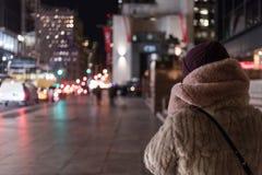 Chica joven que camina las calles de Nueva York foto de archivo
