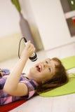 Chica joven que canta en el micrófono Fotos de archivo libres de regalías
