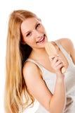 Chica joven que canta usando un cepillo como micrófono Fotos de archivo