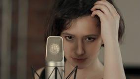 Chica joven que canta y que mira la cámara Imágenes de archivo libres de regalías