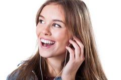 Chica joven que canta y que escucha la música Imágenes de archivo libres de regalías