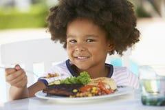 Chica joven que cena el fresco del Al Fotos de archivo libres de regalías