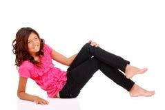 Chica joven que coloca con la tapa rosada Imagen de archivo libre de regalías