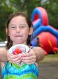 Chica joven que come el convite del hielo Imagen de archivo