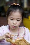 Chica joven que come el pollo frito Imágenes de archivo libres de regalías