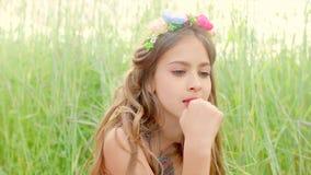 Chica joven que come la fresa metrajes