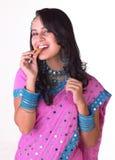Chica joven que come la galleta Imagenes de archivo