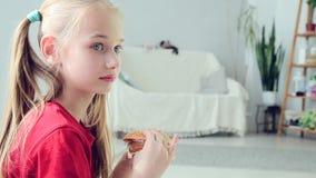 Chica joven que come la hamburguesa almacen de metraje de vídeo