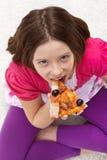 Chica joven que come la pizza Foto de archivo libre de regalías