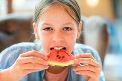 Chica joven que come la sandía Foto de archivo libre de regalías