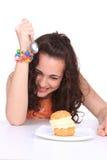 Chica joven que come la torta Fotos de archivo