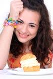 Chica joven que come la torta Imágenes de archivo libres de regalías