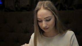 Chica joven que come las pastas Carbonara en café almacen de video