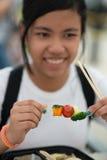 Chica joven que come las verduras frescas - consumición sana Foto de archivo libre de regalías
