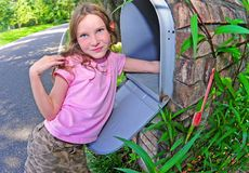 Chica joven que consigue el correo Fotos de archivo