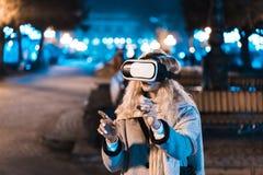 Chica joven que consigue las auriculares de la experiencia VR Imagen de archivo libre de regalías