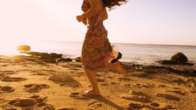 Chica joven que corre descalzo en la playa soleada metrajes