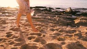 Chica joven que corre descalzo en la playa soleada almacen de video