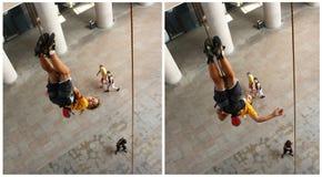 Chica joven que cuelga upside-down Imagen de archivo