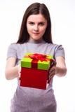Chica joven que da un presente Foto de archivo libre de regalías