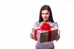 Chica joven que da un presente Fotografía de archivo libre de regalías