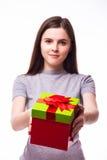 Chica joven que da un presente Foto de archivo