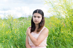 Chica joven que descansa sobre prado en verano Foto de archivo