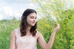 Chica joven que descansa sobre prado en verano Imágenes de archivo libres de regalías