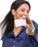 Chica joven que destaca el de la tarjeta de crédito Foto de archivo libre de regalías