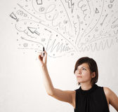 Chica joven que dibuja y skteching líneas abstractas Imágenes de archivo libres de regalías