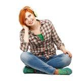 Chica joven que disfruta de escuchar la música en los auriculares aislados encendido Fotos de archivo libres de regalías