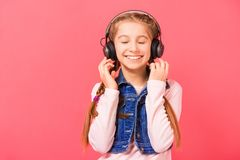 Chica joven que disfruta de la música Imágenes de archivo libres de regalías