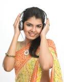 Chica joven que disfruta de la música Fotografía de archivo libre de regalías